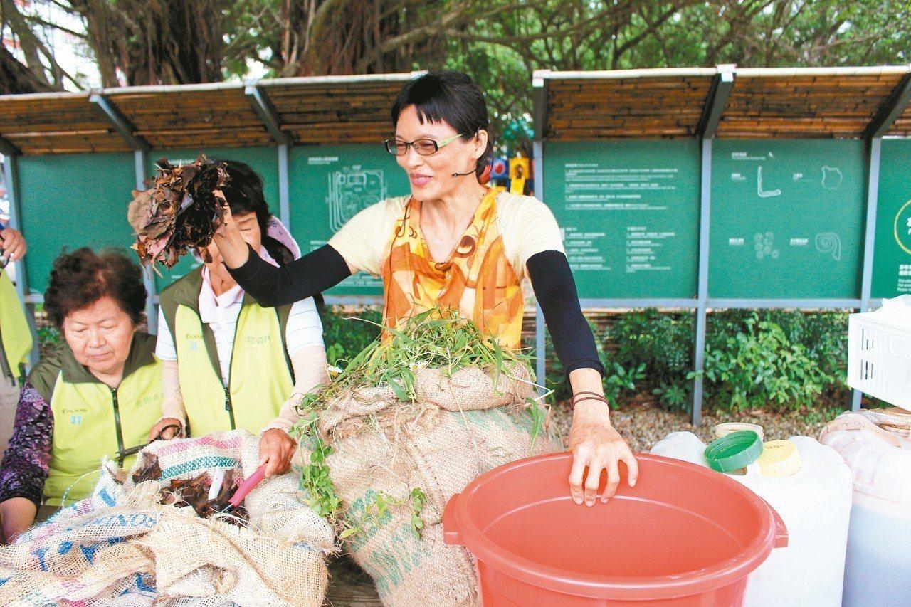 竹市環保局邀KKF自然農法推廣中心教學示範,將雜草收割發酵,轉化成植物的營養液。...