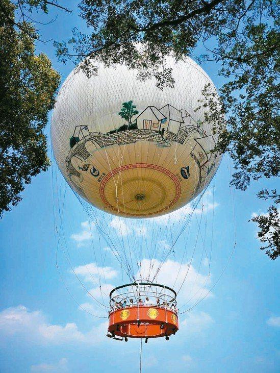南投縣長林明溱昨在縣務會議提出構想,要在草屯九九峰生態園區設氦氣球,供遊客飽覽當...