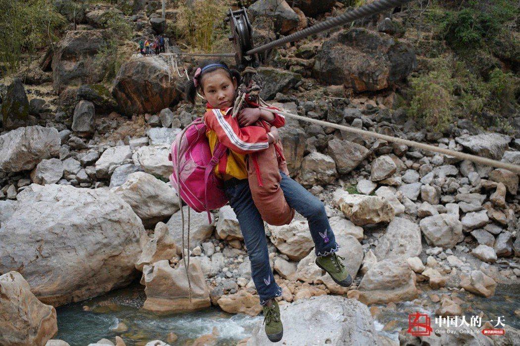 花果村大石頭組的學童每天上學必經之路,在溜索上高速移動,每趟大概4分鐘,讓人捏一...