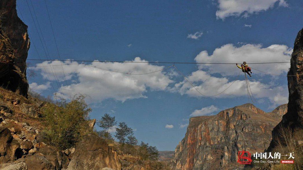 對住在貴州偏鄉的居民來說,「高空滑索」可是日常生活的一部分。 圖/取自騰訊網