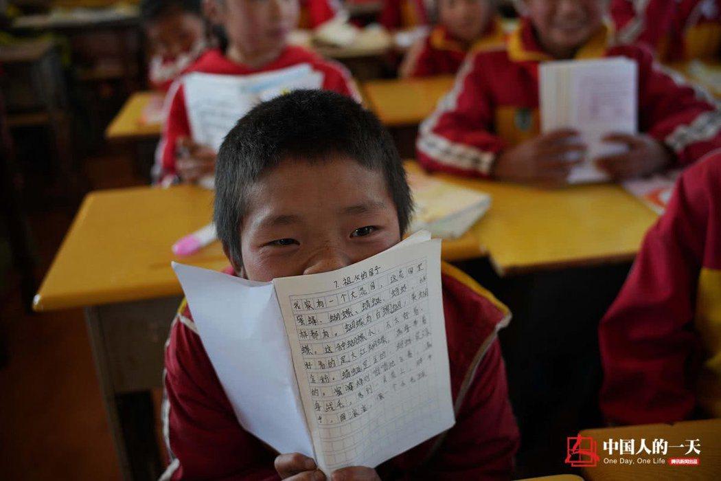 海拉鎮政府把「溜索通勤」的孩子們轉到有寄宿條件的海拉鎮紅輝小學。 圖/取自騰訊網