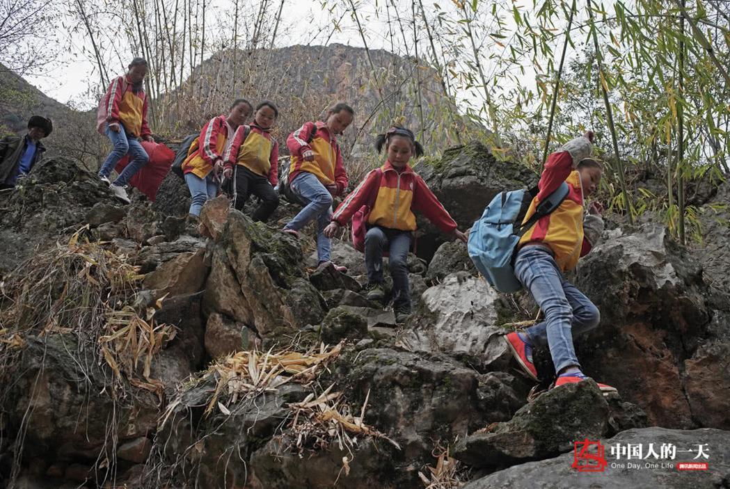 當地小學生需要每天爬3到4個小時到達山頂的花果小學。 圖/取自騰訊網
