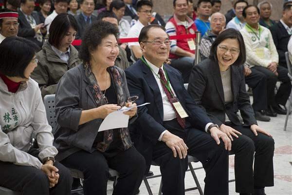 2017年3月10日,總統蔡英文(前右一)出席「總統府南部辦公室啟用茶會」,與高...