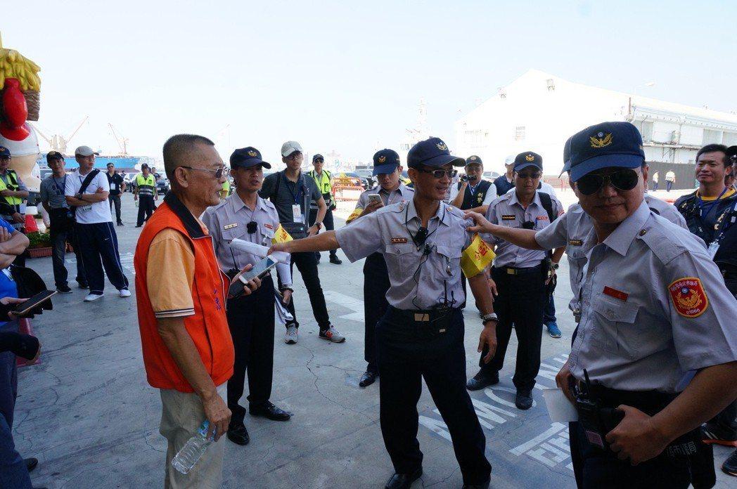前年高雄有反年改民眾靠近總統蔡英文行程地點的附近,立即遭警方勸離。 圖/聯合報系...