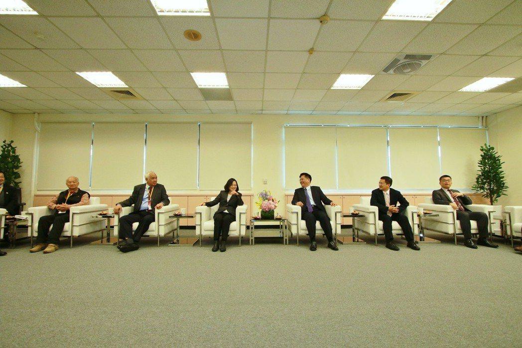 蔡英文總統2年前借用台中市政府陽明大樓的會議室,當成總統府中部辦公室,總共使用過...