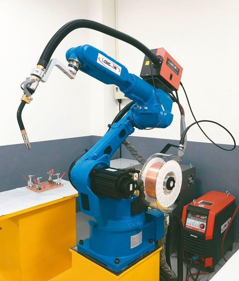 長杰LJR-1400系列焊接機器人編程容易、操作簡單、穩定度及效率高。 陳渲堉/...