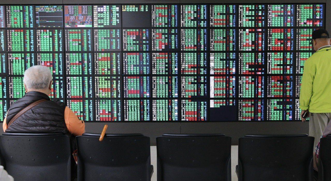 美國宣布3,000億美元加徵關稅清單,手機、筆電全部入列,蘋概股成重災區,台積電...