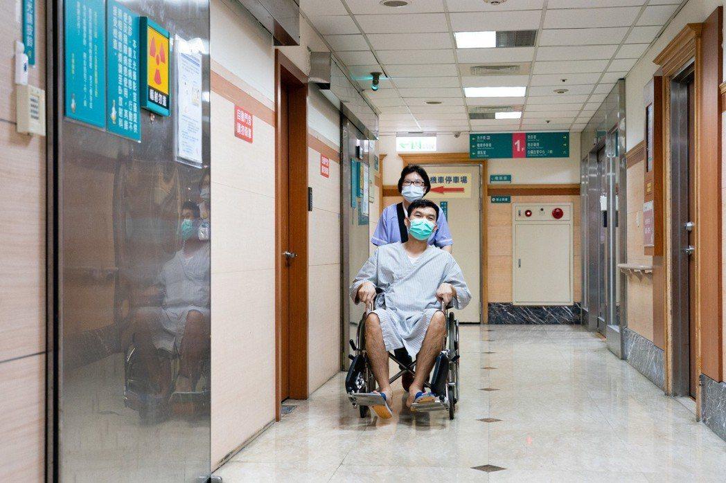 中壢天晟醫院現場傳送組長黃裕歆說,因為緣份讓我來到醫院工作,服務病患帶給我滿滿的...