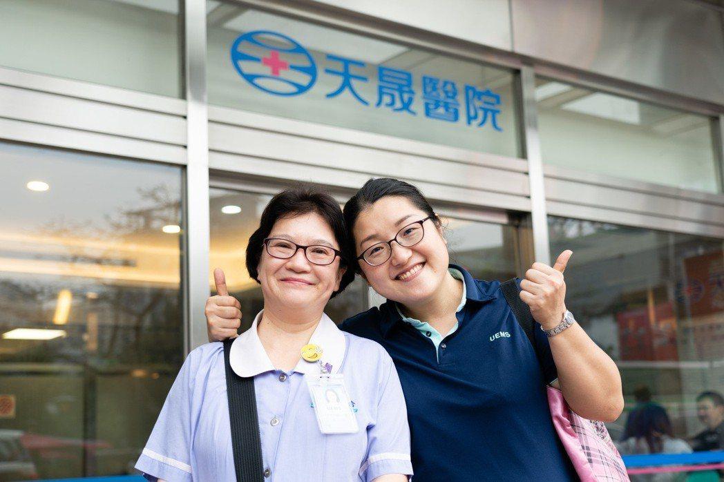 中壢天晟醫院現場傳送組長黃裕歆(左)表示,感恩公司提供高齡友善職場環境,讓我退休...