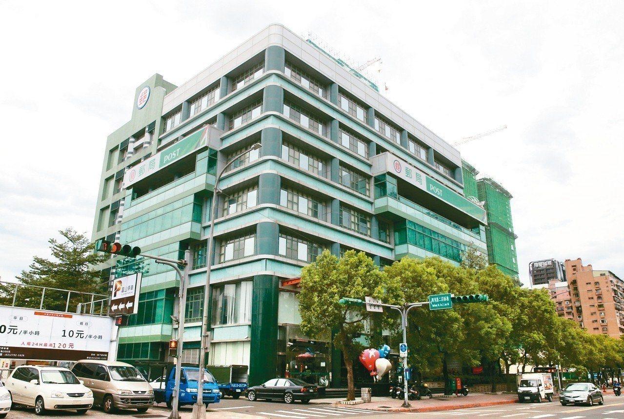 台北市南港郵局三到五樓千餘坪節餘空間,將做長照使用。 圖╱聯合報系資料照片