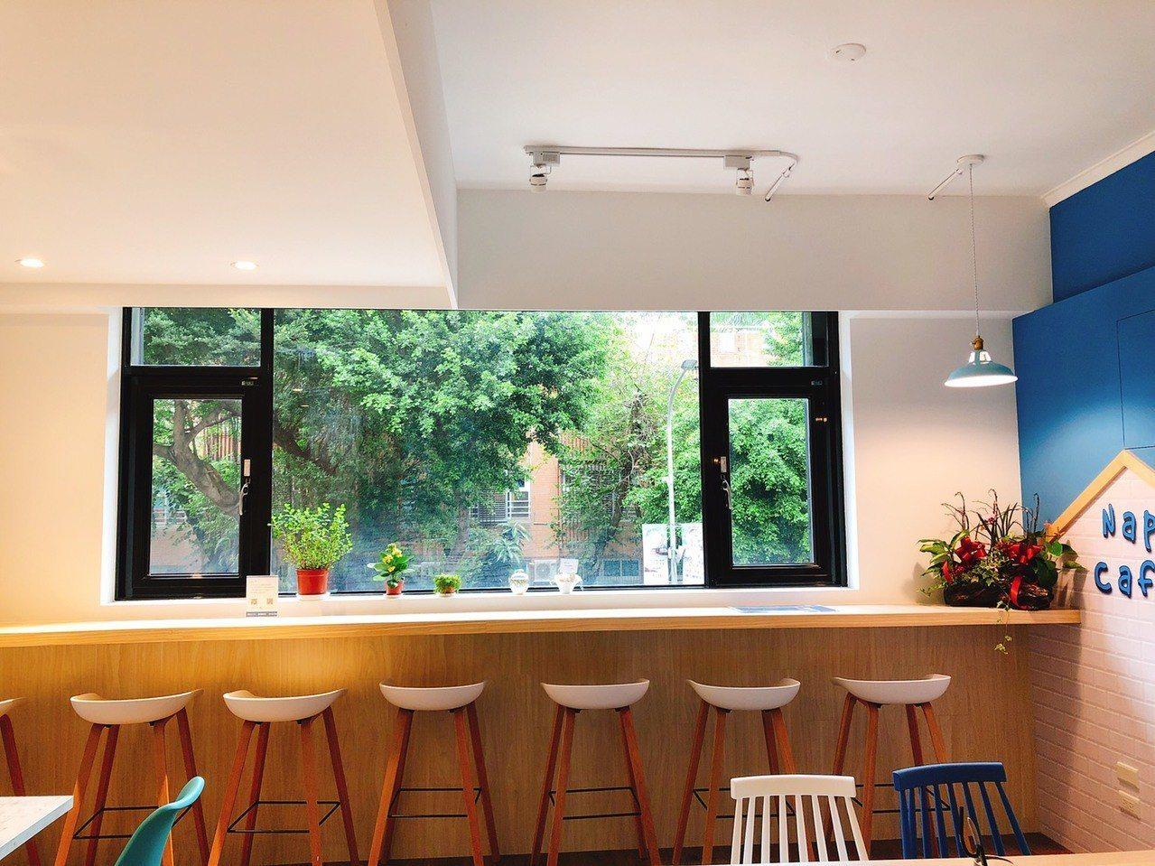 光線充足寧靜的美食餐點享用區。圖/取自小憩睡眠咖啡館粉絲團