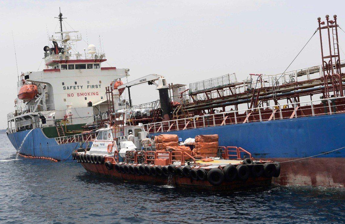 被拖船帶回母港的A Michel號,則看不出外部受損,唯船身朝右側傾斜、似乎動力...