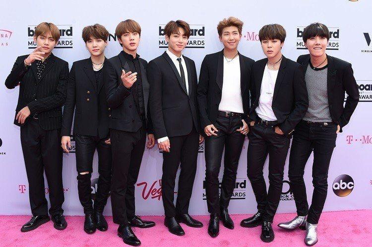 防彈少年團2017首度登上告示牌音樂獎,Jin(左三)的外表引起美國網友注意。圖...