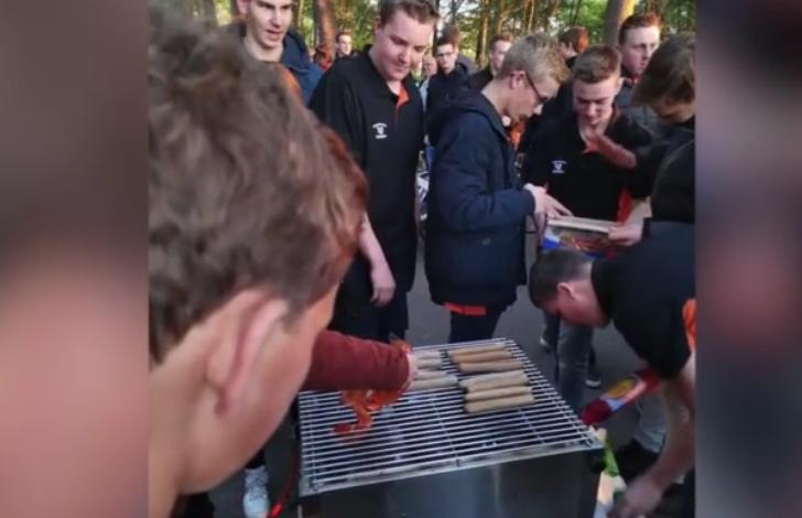 養豬戶被激怒後,當著抗議者做起燒烤。圖取自梨視頻