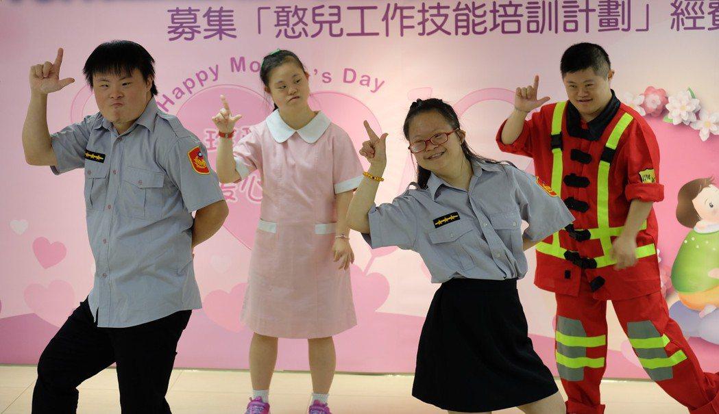 唐寶寶陳興與其他四位學員特別表演可愛的海草舞開場。 育成基金會/提供
