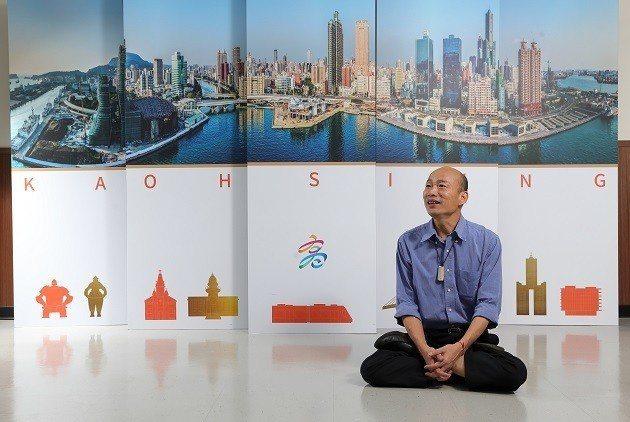 韓國瑜說話的時候,身體往左、往右,又突然往前注視著記者。即使是拍照時,他也無法維持同一個姿勢太久,站一站,突然就坐在地上盤起腿來,「這樣盤其實很難的,」他邊說邊示範。 圖片來源:王建棟攝