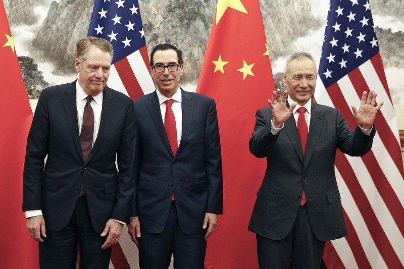 美國貿易代表萊特希澤(左),美國財政部長姆努欽(中),與中國副總理劉鶴(右)合影...