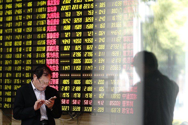 在5月5日川普發布提高關稅的推特文後,隔日中國股價重挫。 圖/美聯社