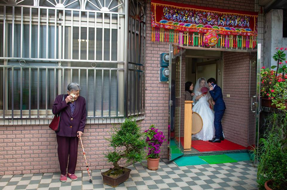 一位奶奶在孫女的大喜日子,因為捨不得而在門外偷哭時,剛好被攝影師捕捉,讓許多網友...