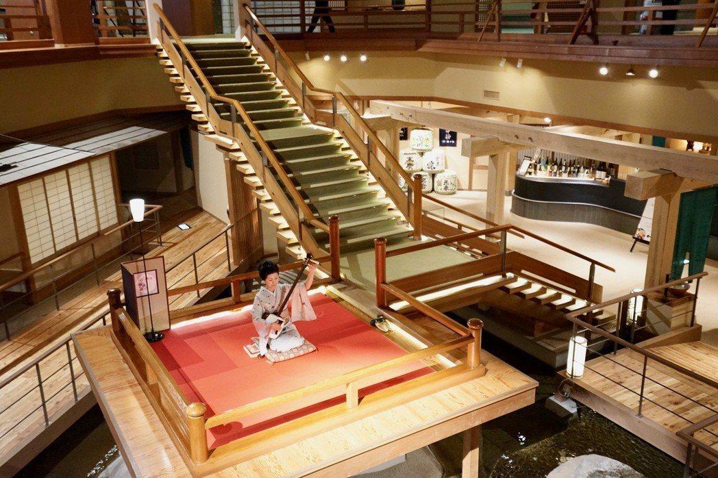 大川莊中庭挑高寬闊氣派,每天下午固定上演三弦琴表演。 游慧君/提供