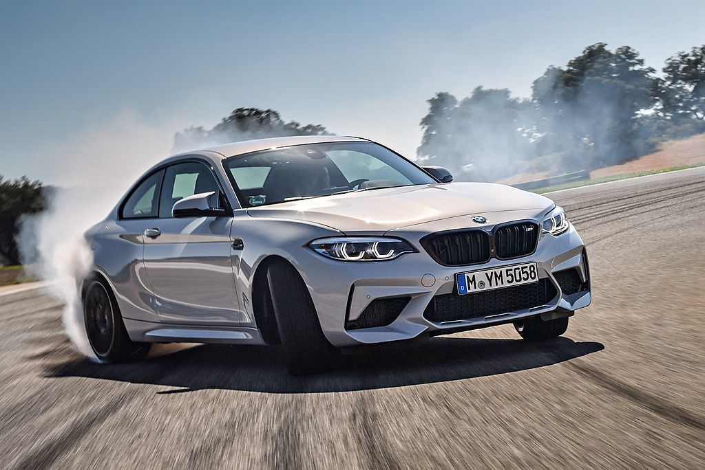關於Mercedes-AMG決定將新世代車型全數標配四驅系統的策略下,BMW M...