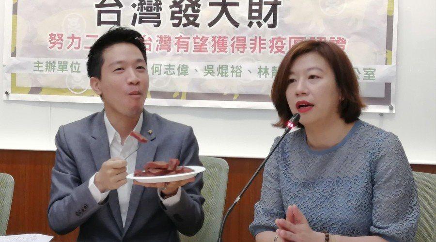 民進黨立委何志偉、林靜儀等人14日召開記者會,呼籲國人一同守護台灣豬肉產品。(p...
