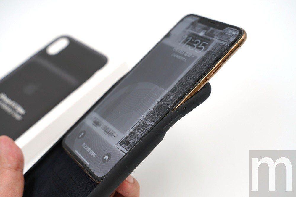 安裝時,先將頂端較軟部分往後扳開,並且將手機由上往下插入聰穎電池護殼,反過來要取...