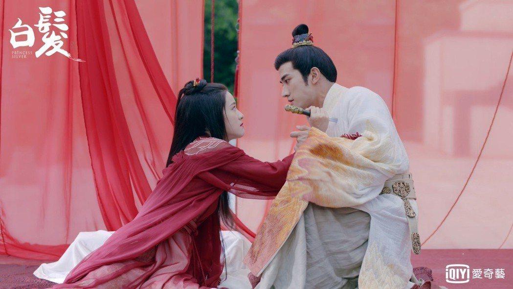 張雪迎(左)在「白髮」中刺殺李治廷。圖/愛奇藝台灣站提供