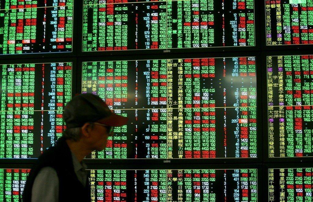 貿易戰升溫,大摩最新報告調降台股至「減碼」,預估6月新台幣匯價恐貶至31.2。報...