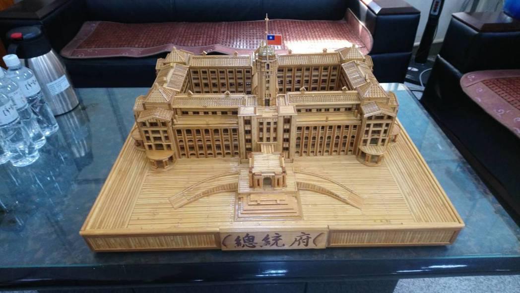 彰化監獄收容人以報廢的竹蓆,製作迷你總統府。圖/彰化監獄提供