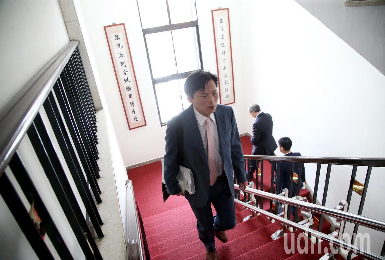 時代力量立委黃國昌(前)等人上午出席朝野協商。記者余承翰/攝影