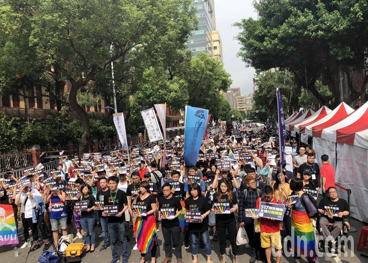 婚姻平權大平台今在院外舉辦「協商不能退」活動,力挺政院版,數千人一早就高喊「協商...