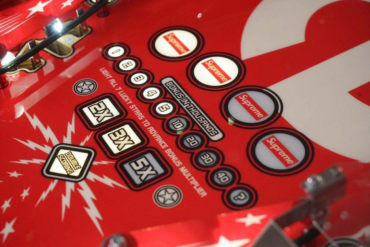 SUPREME X STERN PINBALL彈珠台,估價約158萬元起。這台從...