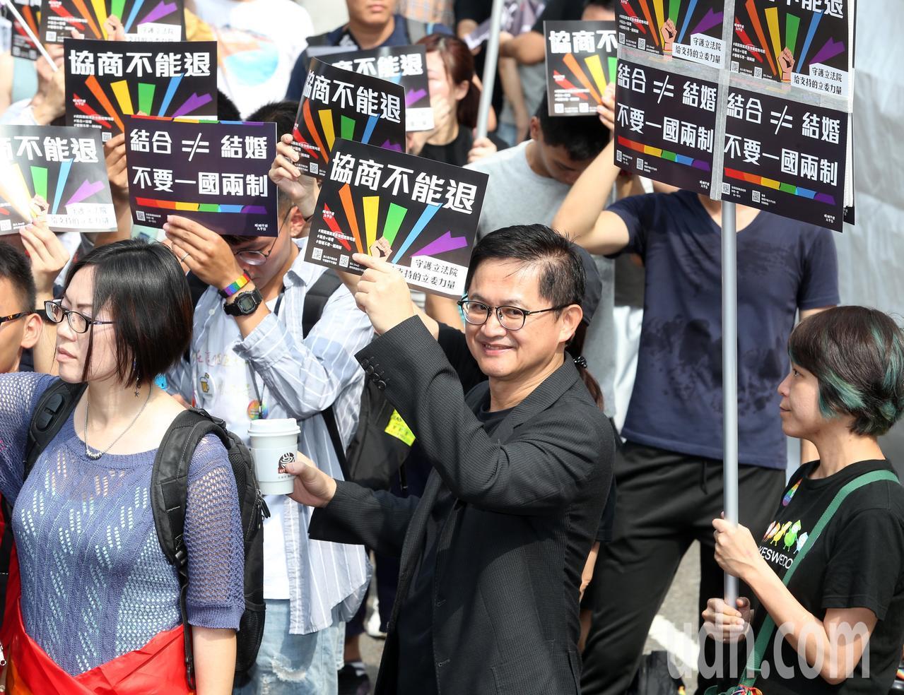 立法院上午針對同婚案逐條討論協商。婚姻平權大平台各團體齊聚立法院,發表「婚權緊急...