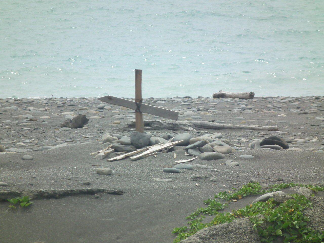 尚武海濱公園沙灘上確實已經看不到陽台作品,只剩下木製的殘塊,並有人刻意在現場立起...