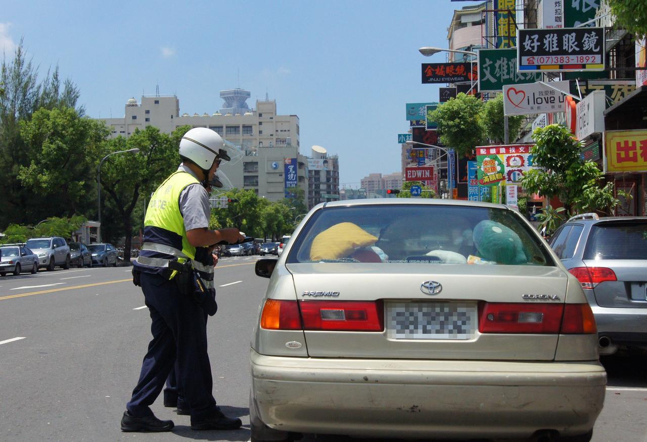 高雄市警局今天起執行「交通違規大執法」。記者林保光/攝影