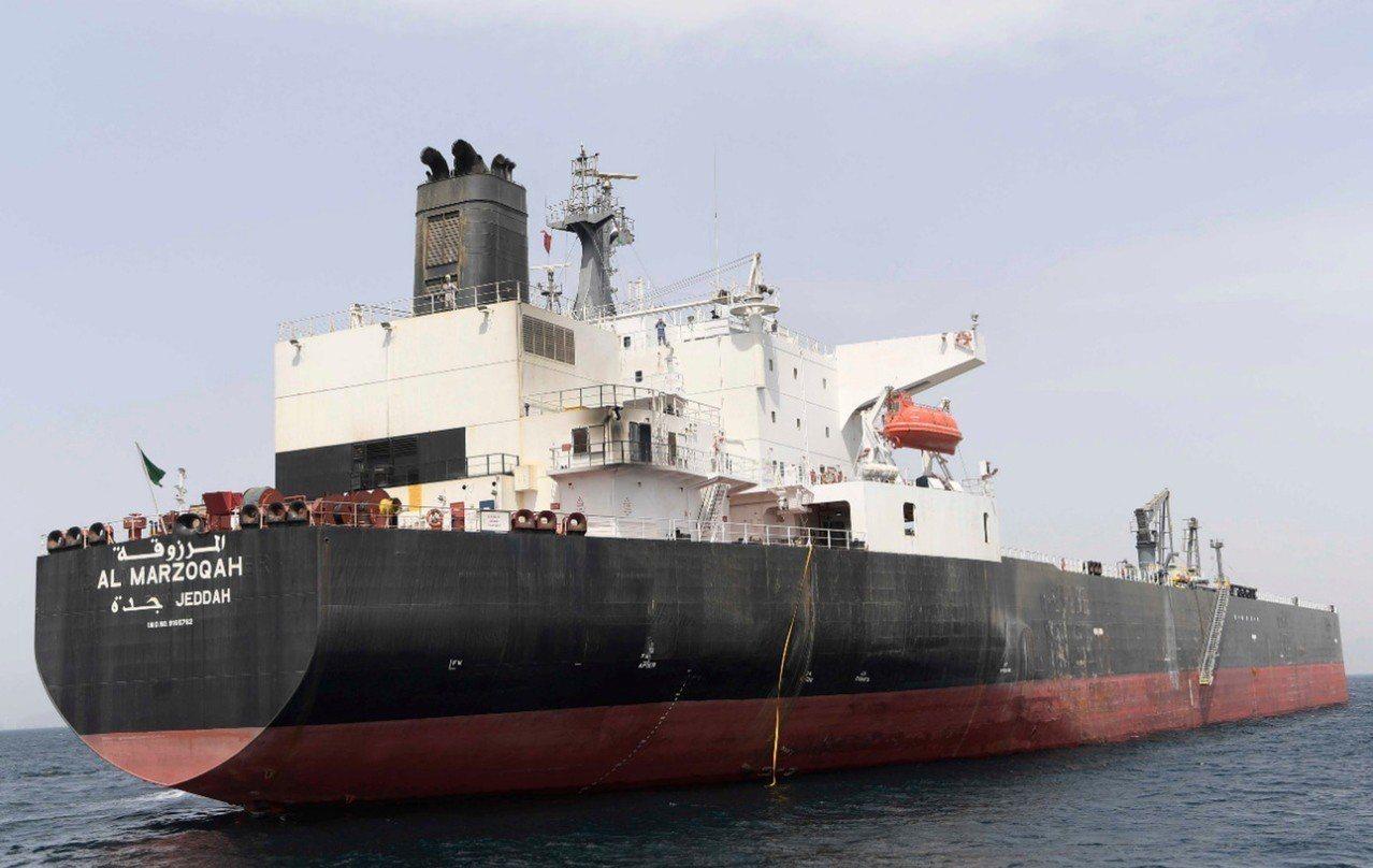 阿聯新聞社13日發布照片,顯示沙國Al Marzoqah號油輪12日遭到破壞攻擊...