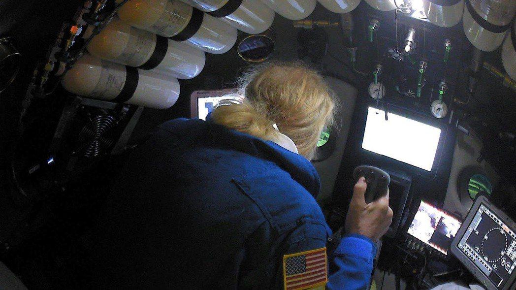 美國探險家維斯柯沃潛入地球最深處的馬里亞納海溝「挑戰者深淵」,打破人類下潛紀錄,...