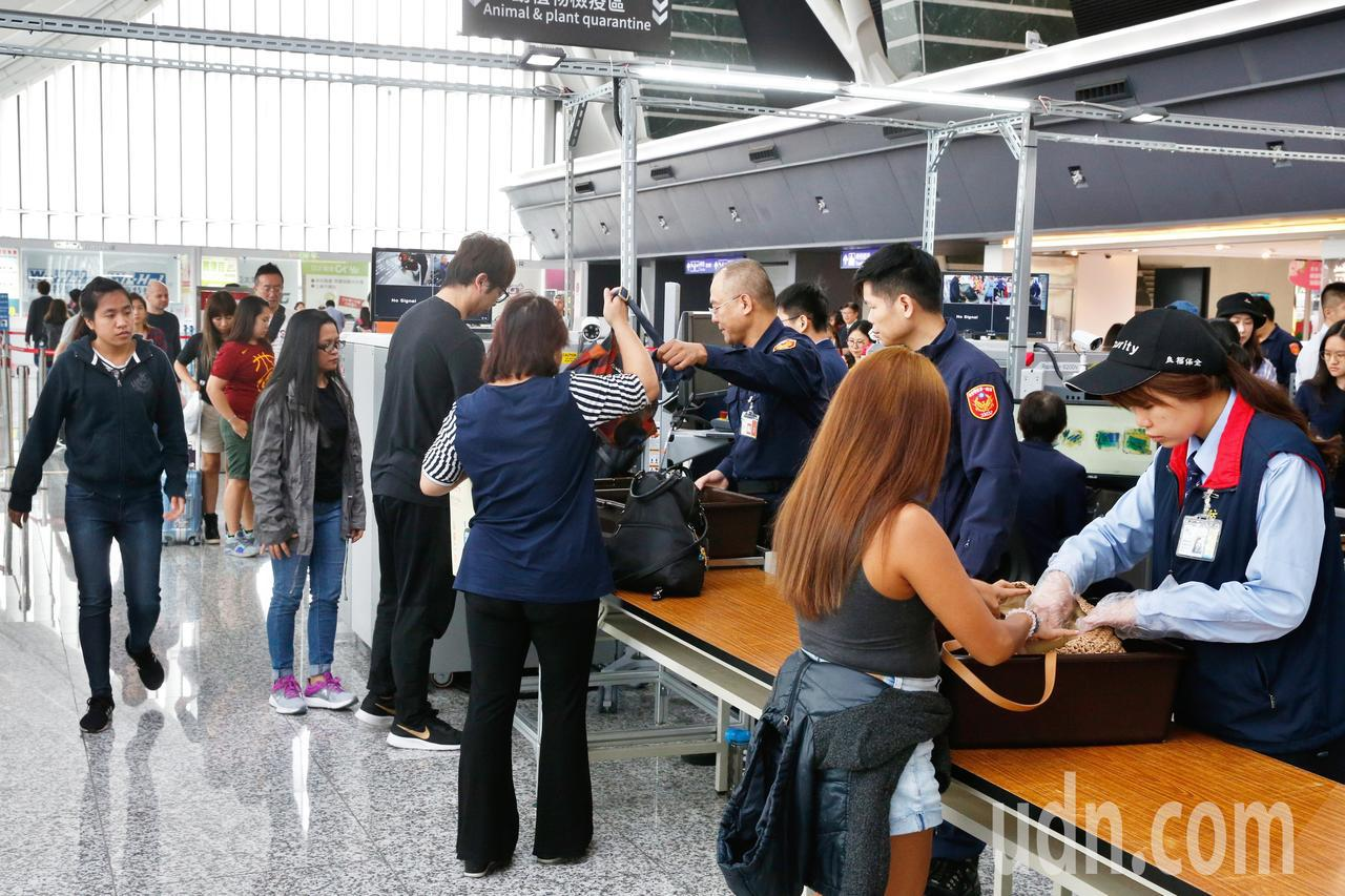 非洲豬瘟在亞洲的疫情上周又再擴散,香港驗出第一個非洲豬瘟個案,桃園機場的防疫人員...