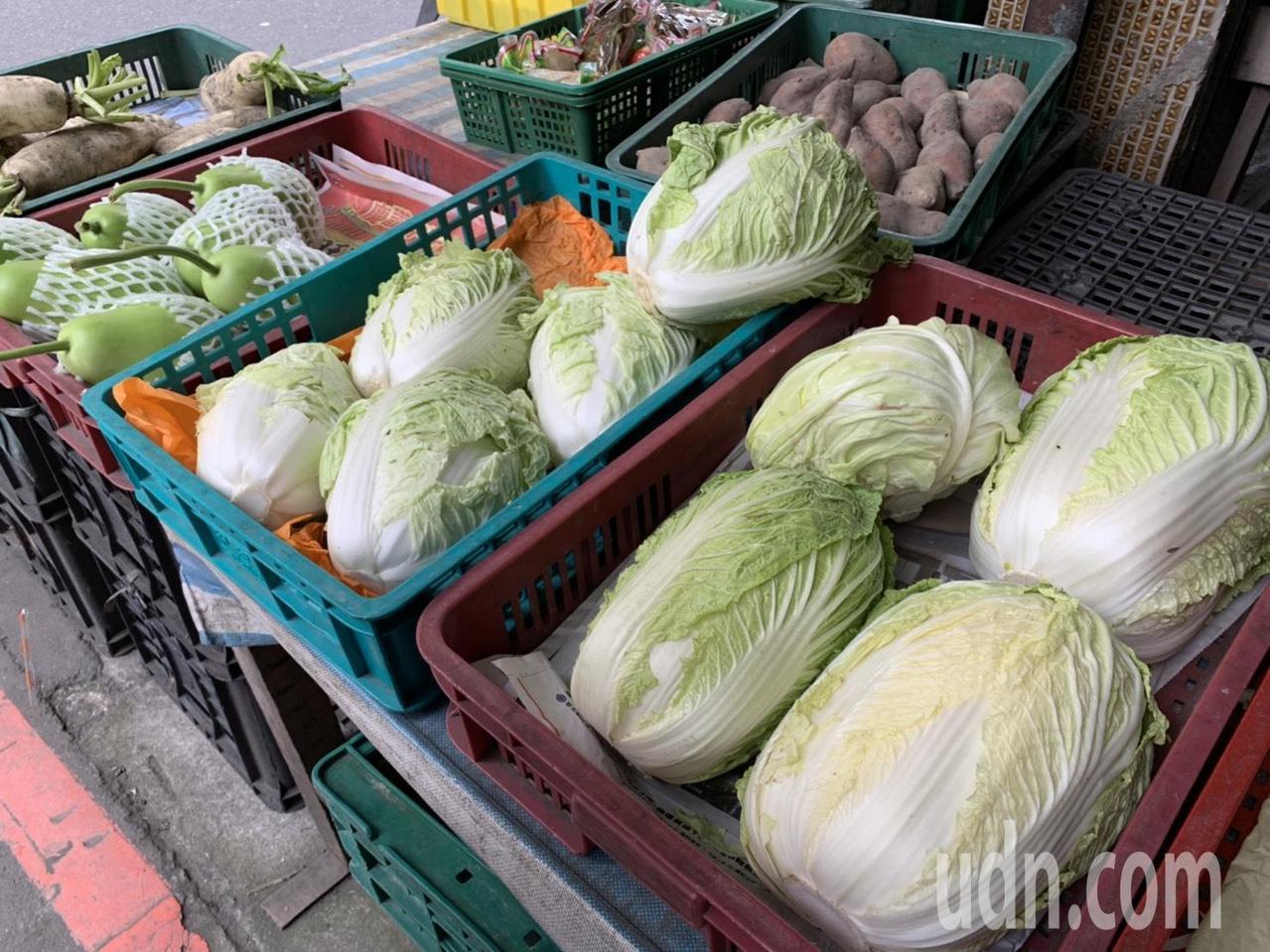 食藥署建議處理蔬菜,應該要先洗後切,才能避免農藥汙染刀具,進而汙染到其他食材。記...