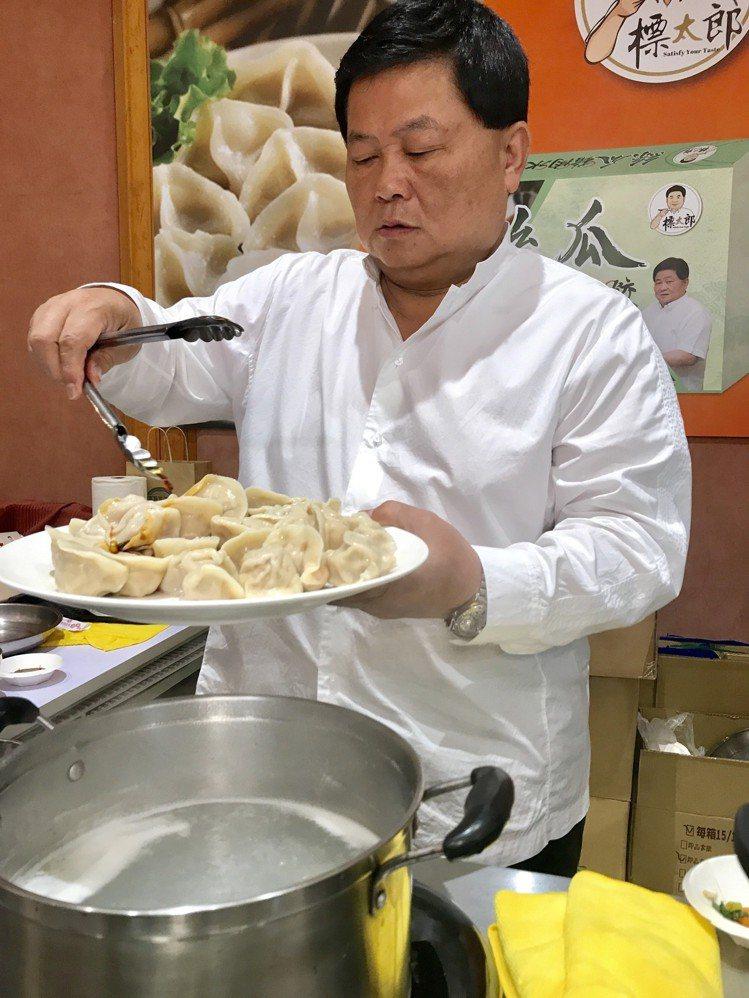 顏清標煮好水餃後,不忘淋醬。記者江佩君/攝影