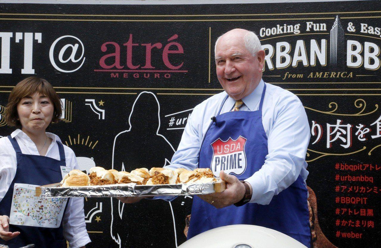 美國農業部長珀杜13日在東京推廣美國肉品,並端上三明治。美聯社
