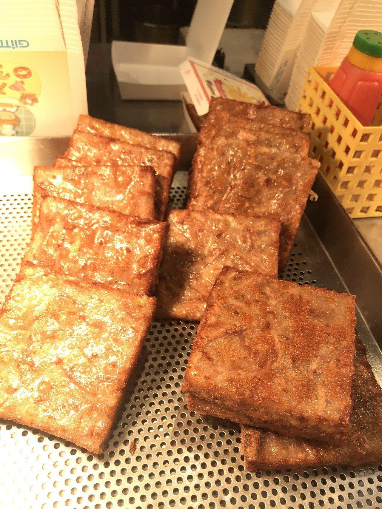 「吉順」的芋籤糕每塊50元,芋香濃郁口感Q彈爽口。記者江佩君/攝影