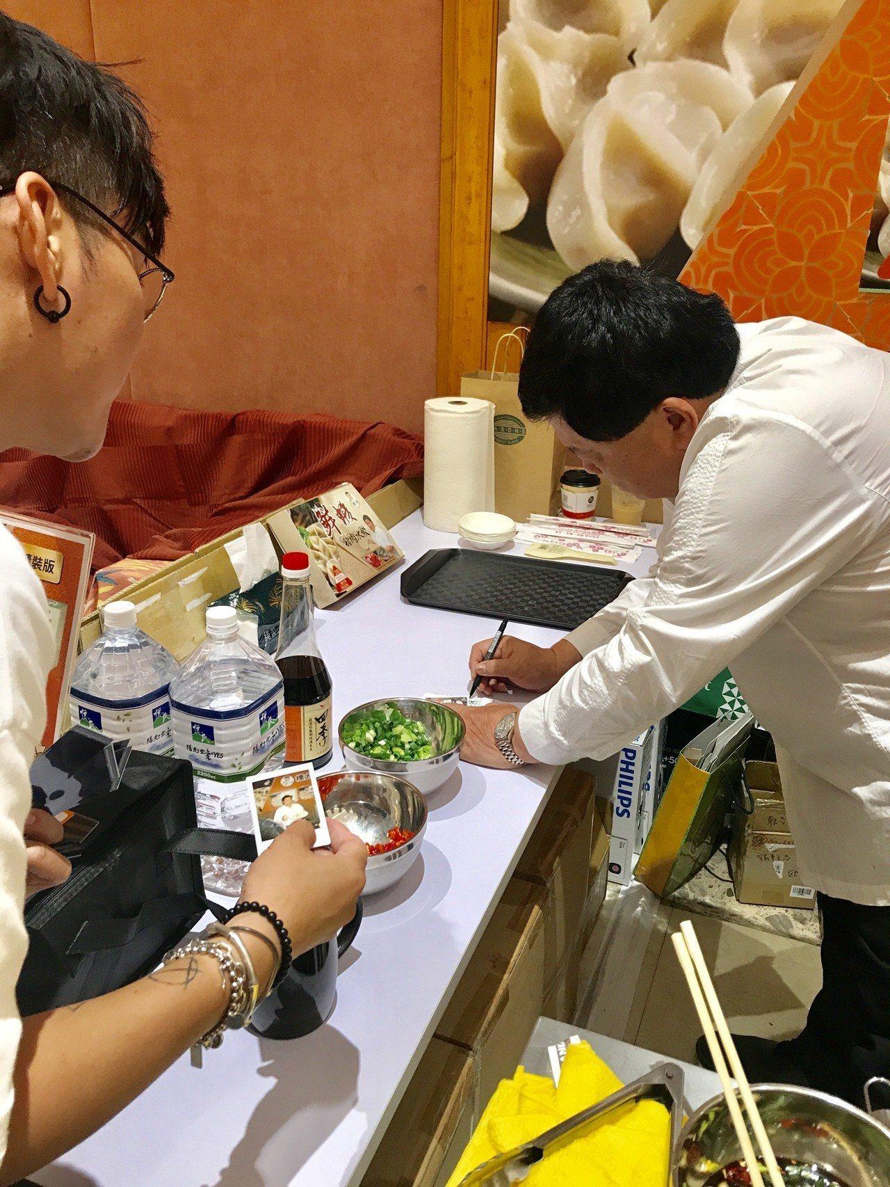 顏清標在SOGO當「標太郎」一日店長,滿足民眾簽名、合照需求。記者江佩君/攝影
