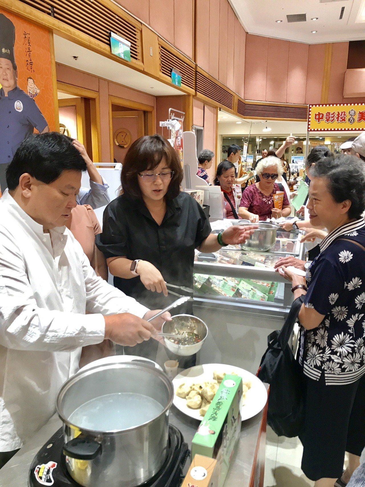 顏清標在SOGO當「標太郎」一日店長,親自煮水餃給消費者吃。記者江佩君/攝影