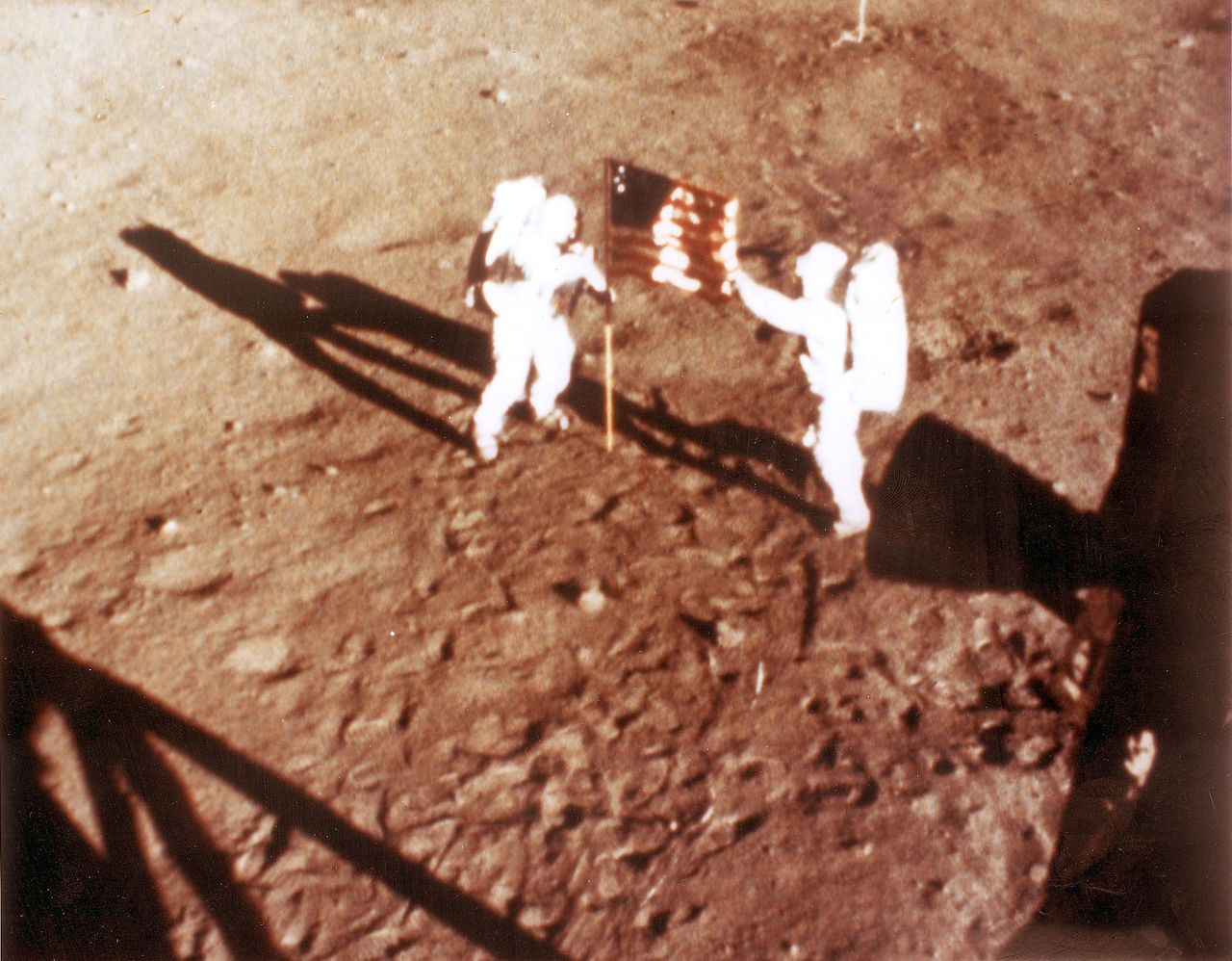 1969年7月20日,人類首次登陸月球,太空人阿姆斯壯和艾德林在月球表面插上美國...