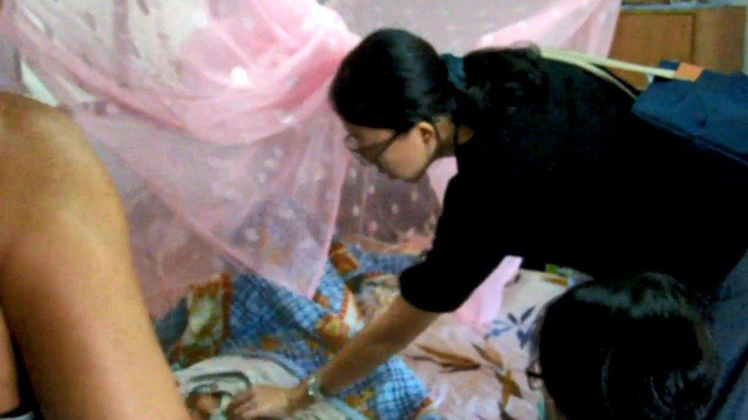醫護人員前往阿梅家中訪視。圖/玉里榮院提供