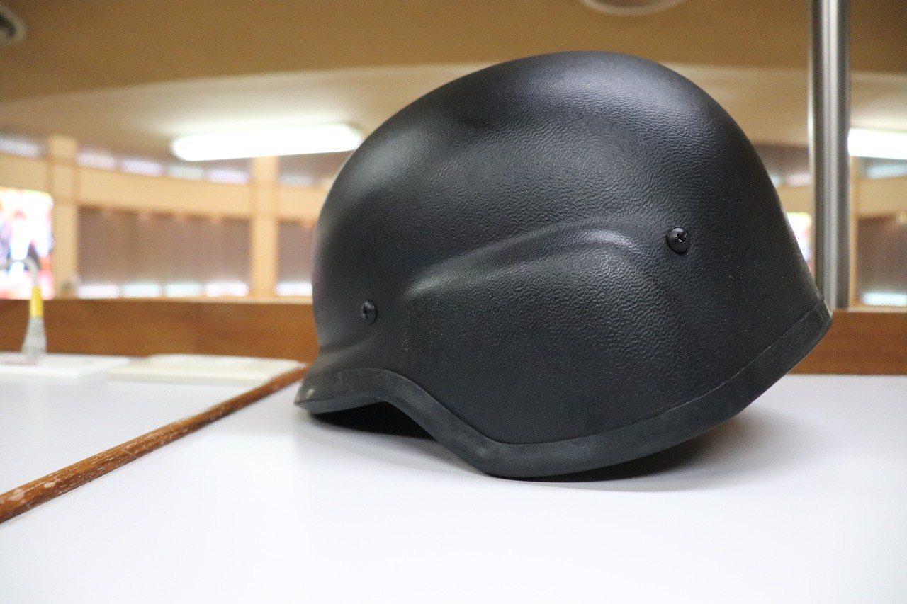 新北市霹靂小組目前所使用的為警政署統一配發的「一般防彈頭盔」,台北市所使用的「反...