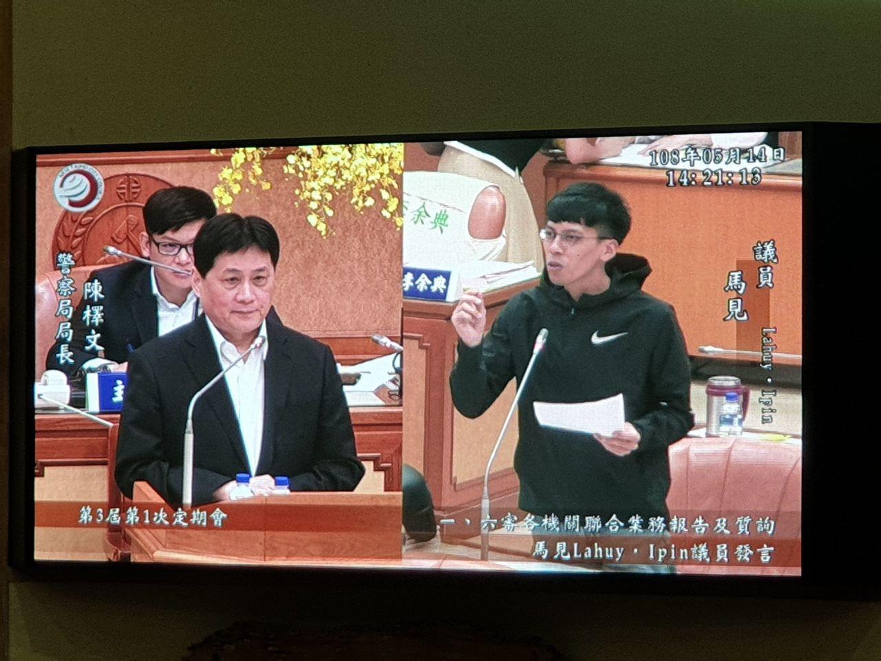 新北市議員馬見Lahuy.Ipin(右)今在議會質詢警察局長陳檡文(左)指出,霹...