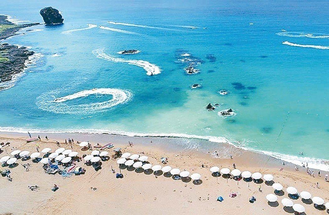 墾丁國家公園遊憩海域沙灘的陽傘出租業行之有年,有遊客在船帆石沙灘為此和業者鬧上警...